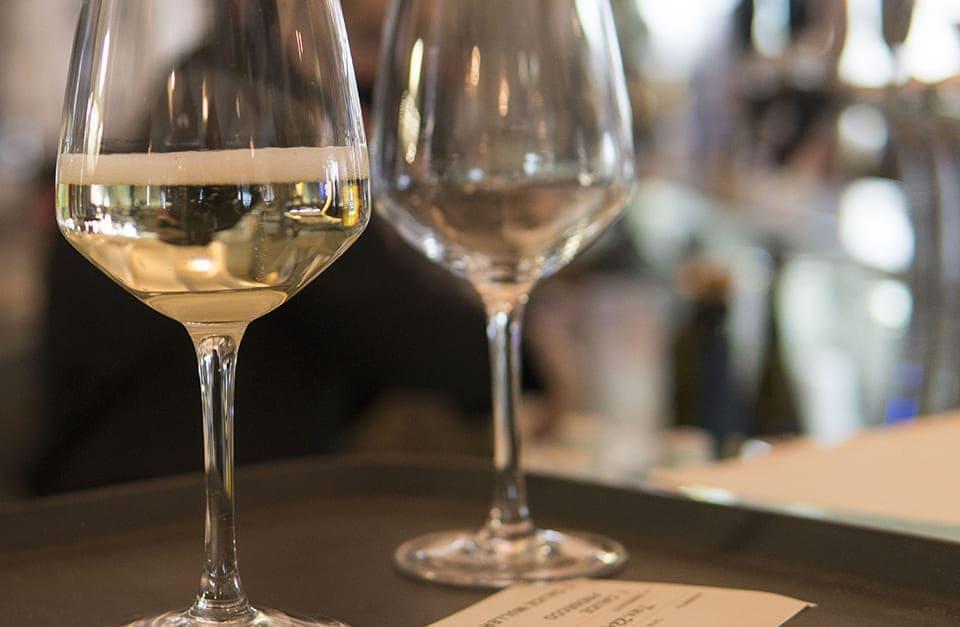 ristorante riviera calici vino bianco